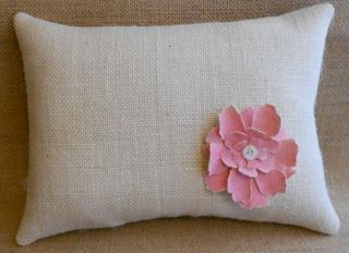 Ivory burlap pillow with flower (800x580)