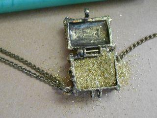 Treasure chest with glitter (800x600)